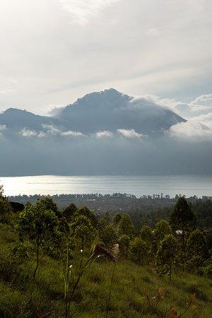 Kintamani, Indonesia: Бывает и так что рассвет на горе Батур затянут облаками. Это тоже красиво если походить по горе.