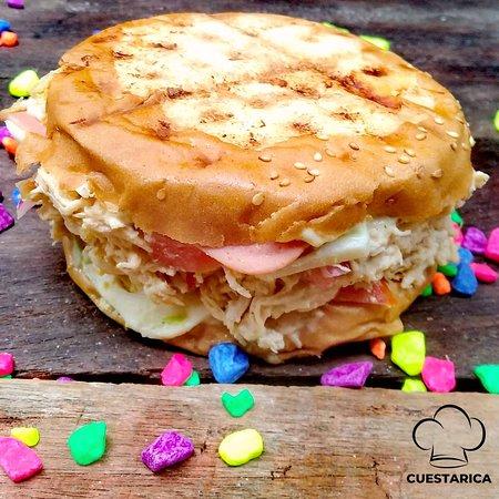 A mi lo que mas me encanta de Cuestarica son las salchipapas 🍟 y los sándwiches de pollo. 🥪🤤
