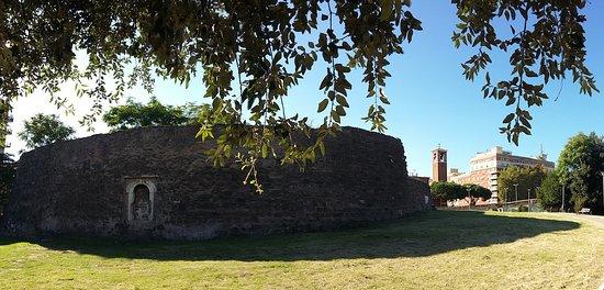 """Il cosiddetto """"Torrione Prenestino"""", uno dei Mausolei più grandi di Roma, visibile nell'area del Prenestino"""