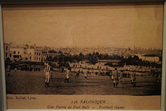 Καρτ ποσταλ που απεικονιζει ποδοσφαιρικο αγωνα καπου στην Θεσσαλονικη