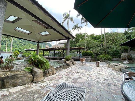 戶外露天的溫泉池區:分上下兩個溫泉池區
