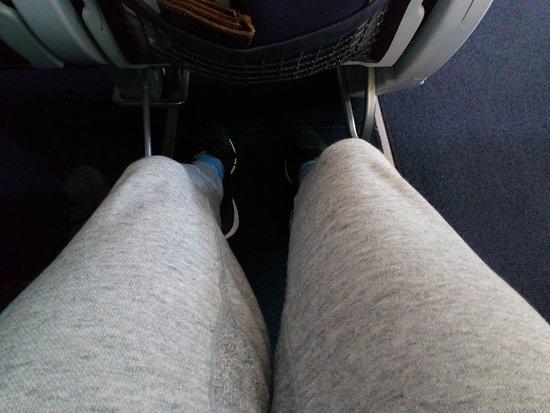 Finnair: コンフォートエコのシートピッチ。170cmのチビなので結構余裕がありましたが、他社のPYクラスの座席を期待するとガッカリすること必至。