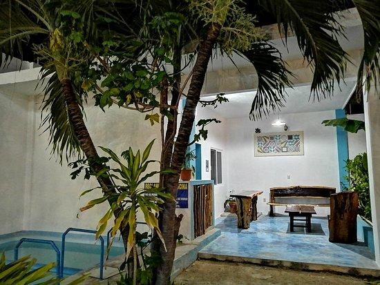 Lobby y alberca, area para desayunar, descansar, relajarse