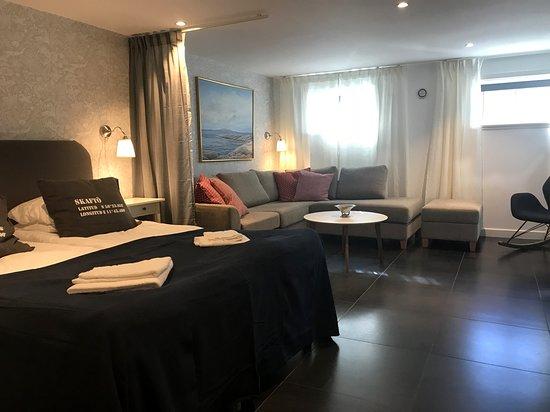 Generous 50 sqm sleeping area on the lower level with sofa corner. Suite Skuteviken https://www.villalonndal.se/varingra-rum--sviter.html