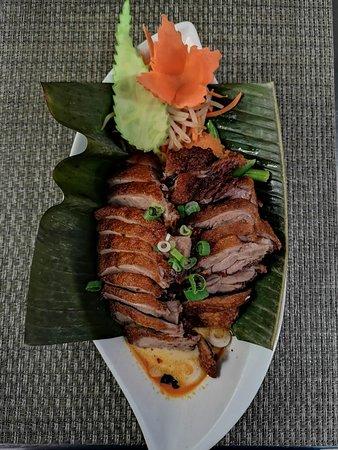 84. Gäng Phed Ped  Knusprige Ente in rotem Curry mit thailändischem  Basilikum, Gemüse und Kokosmilch,  leicht scharf