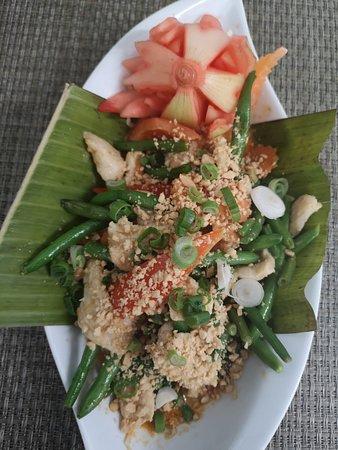 242. Panäng Gai  Hühnerfilet mit Panäng Curry, Erdnüssen, Kokosmilch   Paprika und grünen