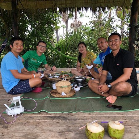We cared and Accompanied our special guests to have lunch at the temples ...😎😎😎