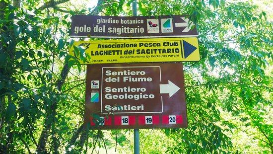 Anversa degli Abruzzi, Italy: cartellonistica con i vari sentieri ad inizio percorso