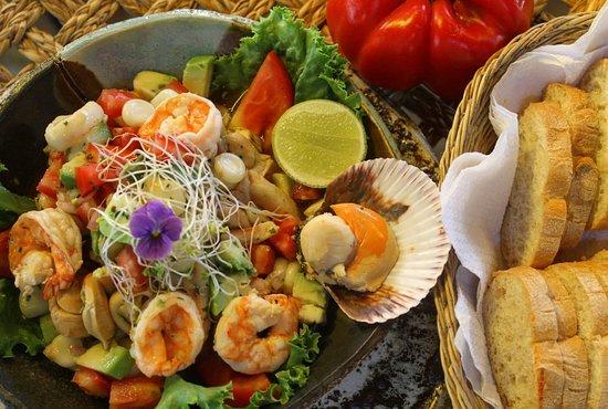 Orgia de Mariscos, mariscos frescos mezclados con extravirgen de oliva, ajo, oregano palta, tomate y se sirve con pan y galletas
