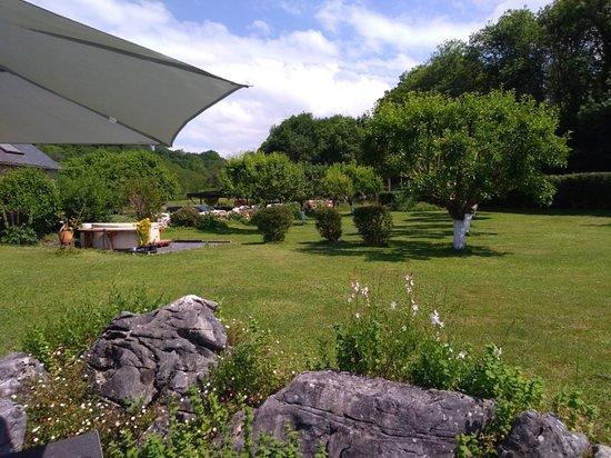 Issor, France : Le jardin