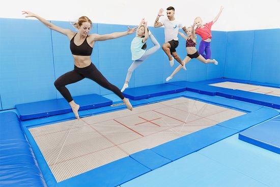 Barcelona, España: ¿MIEDO? Tanto si te da miedo como si no, saltar en I-Jump es una experiencia inolvidable. Con entrenadores expertos aprenderás a saltar como un profesional. Te atreverás a hacer cosas inimaginables ahora. Sentirás como puedes volar y hacer piruetas en el aire.