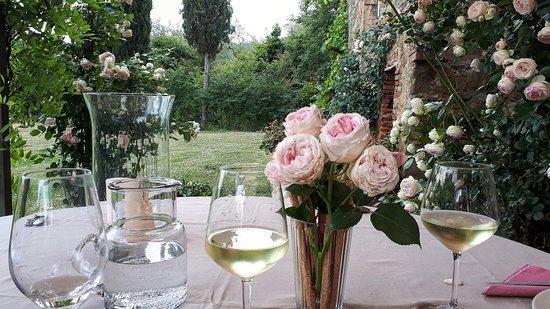 Farnetella, Italia: Aperitivo di benvenuto in giardino
