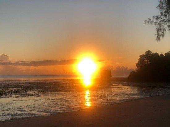 Tanaraing, Indonesia: Рассвет на пляже. Большой отлив-прилив на рассвете-закате