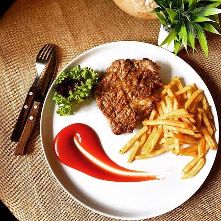 Стейк свиной с картофелем фри. Цена:450/120руб