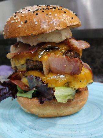 Doblemente deliciosa. Hamburguesa JFK con suplemento de carne y bacon.