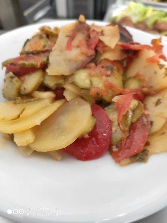 Patate al forno, con zucchine e pomodoro