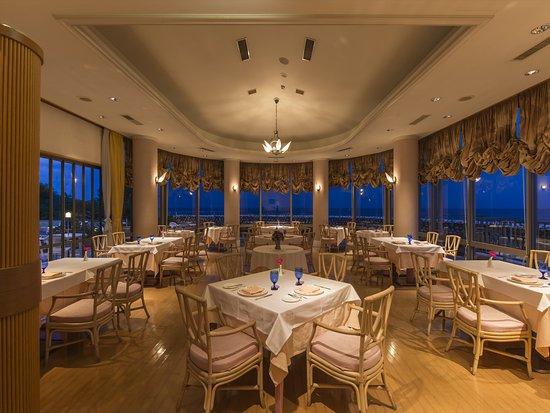夕方のレストラン