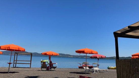 Anguillara Sabazia, Italia: Ombrelloni e lettini a distanza di 6 metri tra postazioni per garantire la distanza sociale
