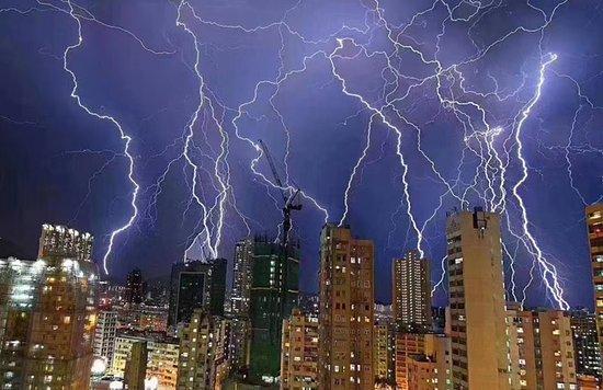 هونج كونج, الصين: Spectacular night thunder & lightning show over Hong Kong