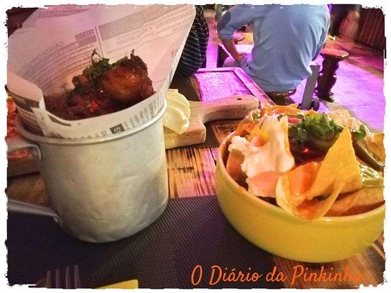 Seixal, Portugal: Asinhas de frango e nachos