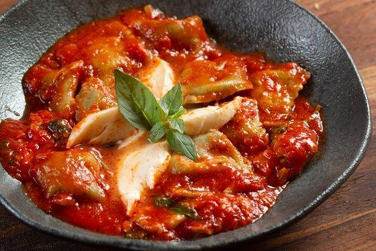 Ravioli di Spinaci  ( Ravioli verde recheado com mozzarella de búfala ao molho de tomate e manjericão frescos ).