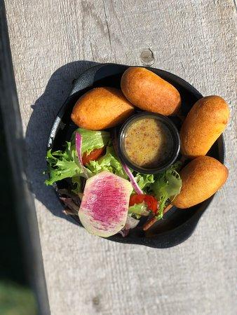 Pogo merguez - 4 mini-pogos de Merguez à l'enrobage croustiilant, servi avec une verdure et une sauce aux deux moutardes et miel
