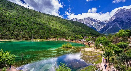 This is Blue Moon Valley in Jade Dragon Snow Mountain, Lijiang, it's so beautiful that a lot of tourists like here.
