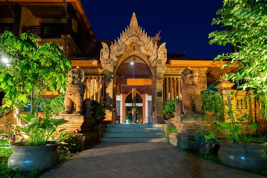 Phor Liang Meun Terracotta Arts Hotel: Front of hotel at night