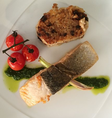 saumon, risotto à la plancha, huile aux herbes fraîches
