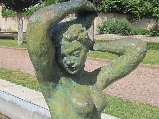 Musée Saint Vic à Saint Amand Montrond. Photo 10. Torse et Visage de La Sculpture, dans Le Jardin. Suite Covid 19 Liberté Retrouvée de Pouvoir Visiter Les Musées Quel Plaisir ! Tant Attendu. JUIN 2020.