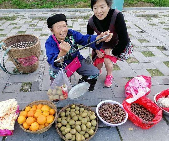 Yongshun County, Trung Quốc: Street vendor