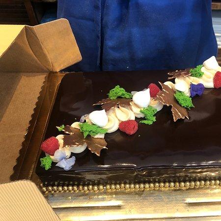Soy una asidua de la Dulcería Manu Jara , me encanta todo lo que hace y especialmente la bollería me parece espectacular . Pero ayer se superó, con la tarta criolla de chocolate que le encargamos para celebrar el cumpleaños de una querida amiga . Un éxito absoluto,una preciosa tarta con un sabor y cremosidad increíbles , de las mejores que he comido. Acierto absoluto .