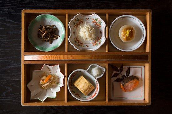 お料理は素材によって料理法も様々。季節によって仕入れる素材に合わせて、見た目も華やかでより味わい深い上品な味に仕上げます。