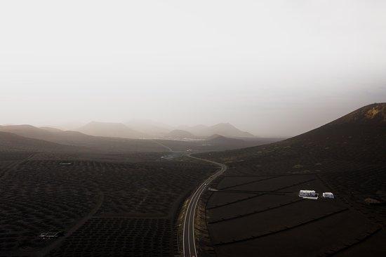 La Geria, Ισπανία: Se siete amanti di vini, apprezzerete sicuramente una visita nelle aree dell'entroterra o a nord est dell'isola come questa in foto. Eccovi una foto aerea che vi mostra l'aspetto di quest'area vulcanica totalmente adibita alla produzione della Malvasia dell'isola.   Trovate altri scatti su Lanzarote su Instagram: @GIUSEPPECANNAVOO