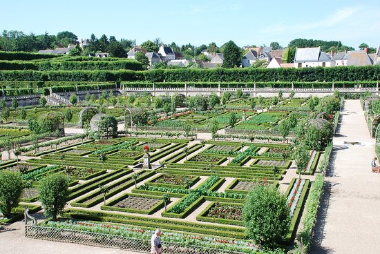 2009 VILLANDRY... A VERY WIDE GREEN OPEN EXTENT, LUXURY FOR QUEENS AND KINGS