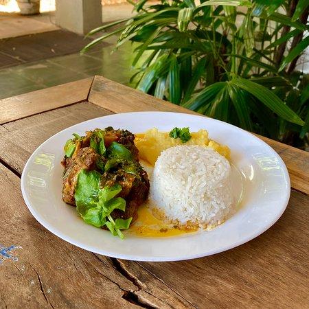 Rabada com agrião acompanhada de angu, arroz, feijão e salada de entrada
