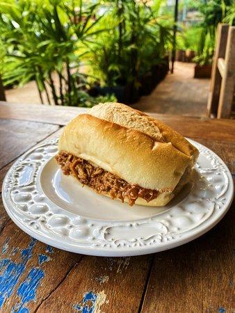 Lombin: sanduíche de lombo suíno com molho barbecue da casa no pão de sal