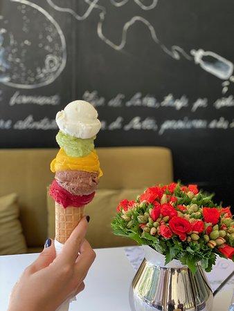 Gelato Artigianale! Zilnic, pregatim cu multa dragoste gelato artizanal, folosind rețete secrete, cu un continut scăzut de zahăr, pastrand savoarea naturala. Folosim doar ingrediente proaspete, de cea mai buna calitate.
