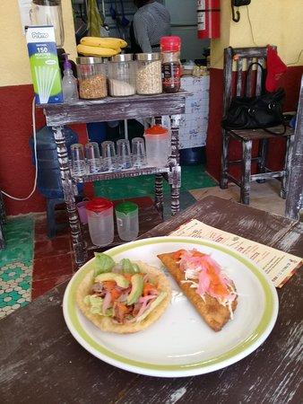 Ricas empanadas y salbutes de carne de res, queso Oaxaca, o pollo a tan solo $ 8.00
