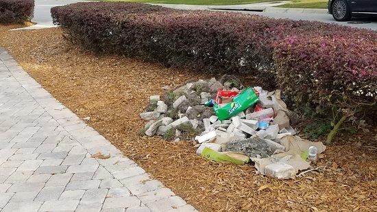 Montverde, FL: Garbage at Bella Collina