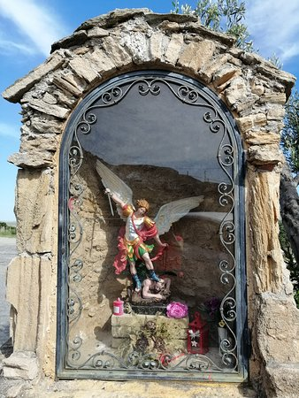 Lungo la strada statale , ancora nel comune di Botricello, mi ha colpito questa statua dell'Arcangelo Michele che vince sul demonio/Along the highway, still in the municipality of Botricello, I was struck by this statue of the Archangel Michael who wins the devil/A lo largo de la carretera, todavía en el municipio de Botricello, me llamó la atención esta estatua del Arcángel Miguel que gana el diablo.
