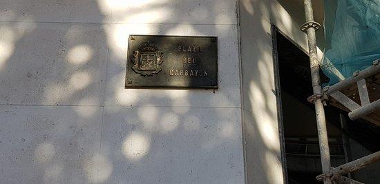 Cartel indicativo de la Plaza donde se encuentra el Monumento a la Concordia