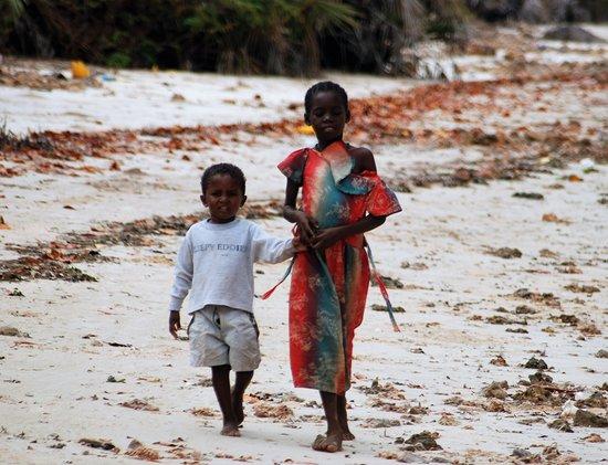 Souvenirs de mes Voyages --- Tanzanie -- Jeunes enfants en promenade sur une plage près de Pangani -- 20.06.14