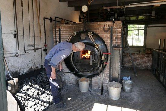 Entrada al Museo Zuiderzee Enkhuizen: werkende oude stoommachine