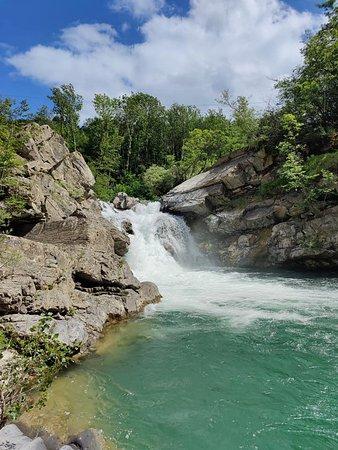 Queste bellissime cascate si trovano a Masanti di Sotto, nel comune di Bedonia, in provincia di Parma.