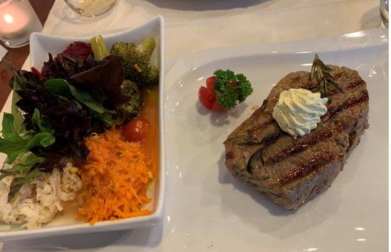 Entrecôte mit Salat und Gemüse (kann auch mit Pommes, Reis, etc. bestellt werden)