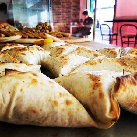Samosa (triangolo)  I Samosa sono dei fagottini di forma triangolare preparati da noi , ripieni di kebap di pollo e tacchino con l'aggiunta di patatine fritte e mozzarella.