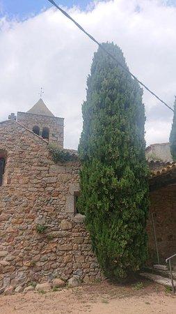 Vista del pueblo Romanya de la Selva, situado al interior a la altura de Santa Cristina de Aro. Famoso por su iglesia y restaurante
