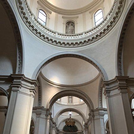 Una imponente cattedrale troneggia al centro dell'elegante Treviso