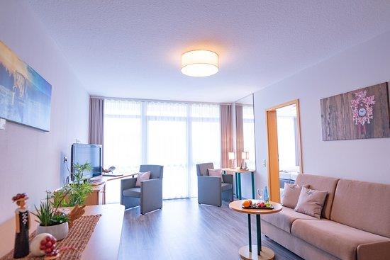 Gengenbach, ألمانيا: Der Wohnraum in unserer frisch renovierten Junior-Suite lädt zum Entspannen und Wohlfühlen ein.